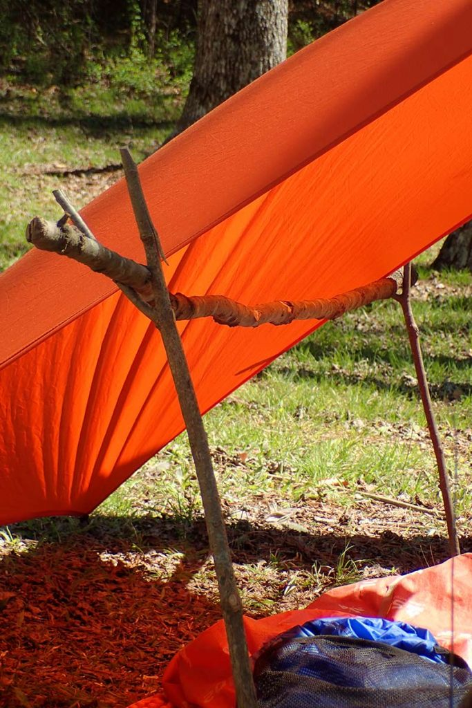 The authors' add-on to the lean-to Coalcracker Bushcraft T6ZERO set-up. A support bar keeps the tarp tighter and prevents sagging in the middle.